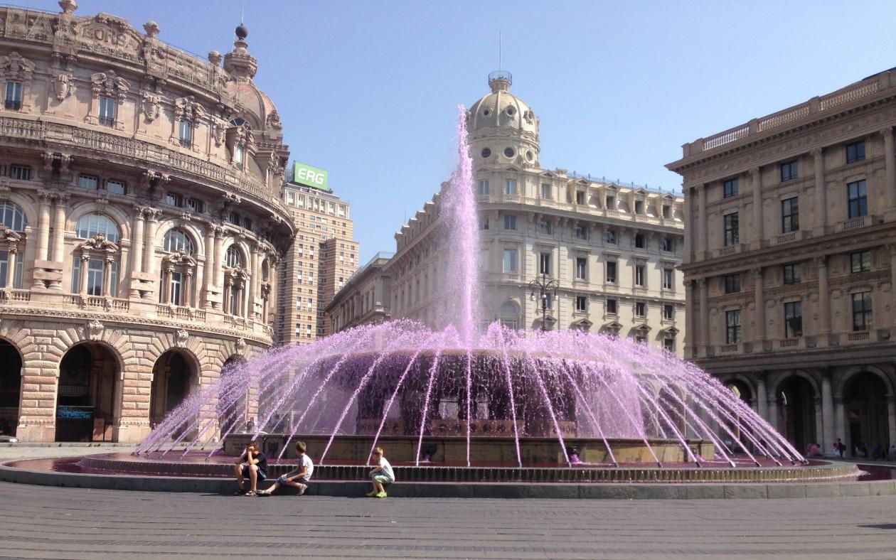 Vand giver liv i bybilledet. Her er vandet farvet så torvet, der markerer et knudepunkt i Genova, sætter de smukke bygninger i nyt lys.